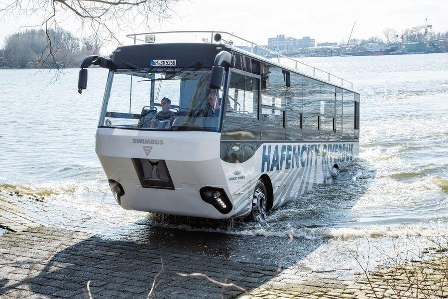 Hamburgis veab turiste ujuv buss