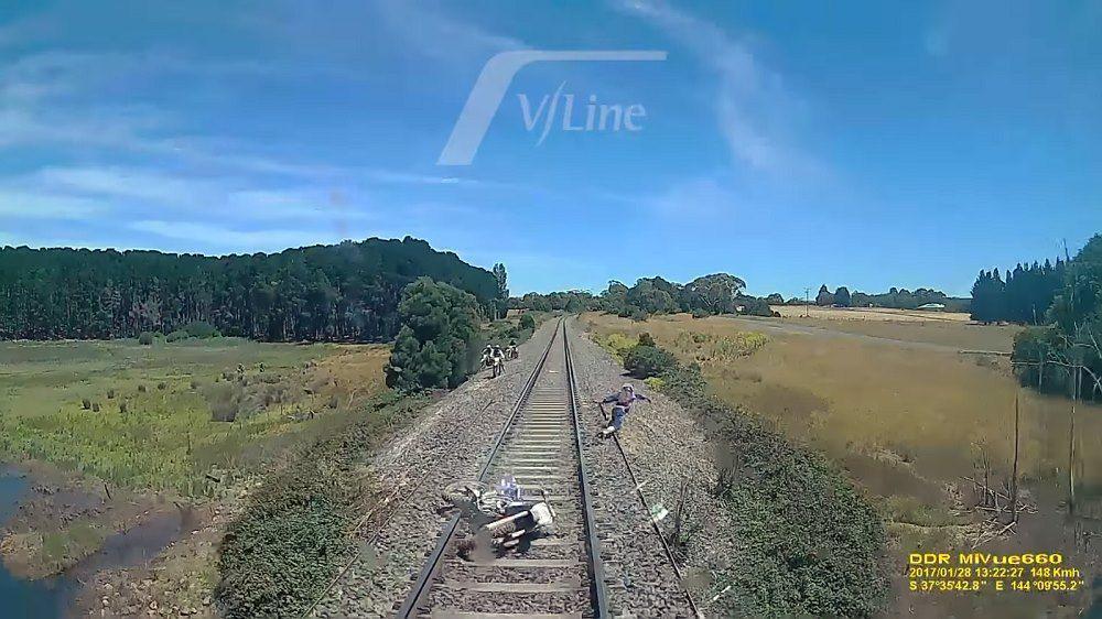 VIDEO: Raudteel sõitmine ei ole kõige nutikam tegu