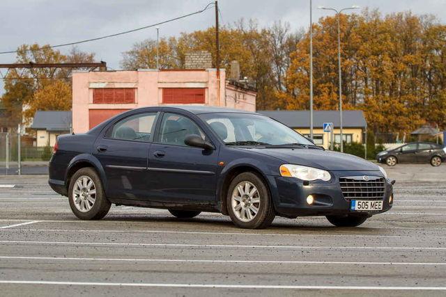 Chrysler Sebringuid oli novembri alguses müügis tosin. Mitme puhul jäi hind alla tuhande euro – nii ka piltidel oleval autol. Foto: Pille Russi