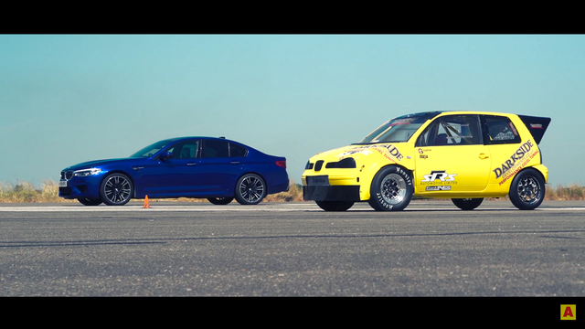 BMW M5 vs Seat Arosa. Kaader: Youtube