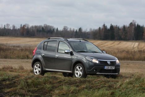 Dacia Sandero Stepwayl pole nelikvedu – maastikuautot see asendada ei suuda –, küll aga kõik muud omadused, mis kehvavõitu küla- või metsateel sõitmiseks tarvilikud.