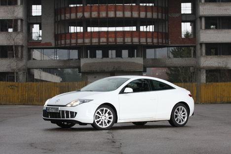 Renault Laguna Coupe trügib julgelt Saksa noobelmarkide mängumaale.