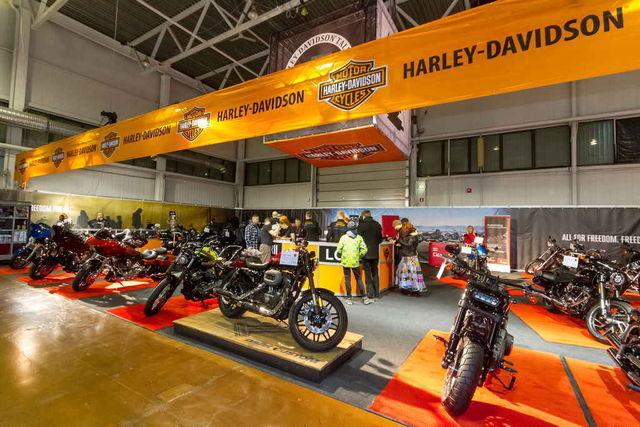 Sarnaselt mõne varasemagi aastaga on Tartu tsiklinäitusel võimsalt esil Harleyd ning üks Street Rod loositakse välja ka õnnemängus osalejate vahel. Foto: Pille Russi
