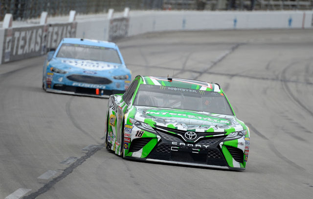 Kyle Busch juhtimas Kevin Harvicki ees. Foto: NASCAR/Robert Laberge/Getty Images